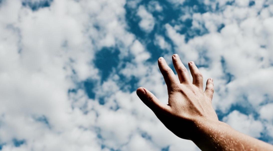 助けを求めて空に突き出した手